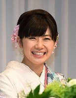 Table tennis player Ai Fukuhara is all smiles at a news conference in Tokyo's Minato Ward on Sept. 21, 2016, to announce her marriage to Chiang Hung-chieh. (Mainichi)