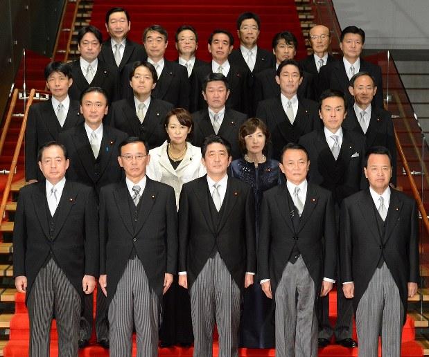 第2次安倍政権が誕生し、記念撮影にのぞむ安倍晋三首相(前列中央)と当時の新閣僚ら=2012年12月26日、木葉健二撮影