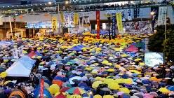 香港・行政長官選挙の制度改革に反発した民主派の大規模デモ=2014年10月28日、鈴木玲子撮影