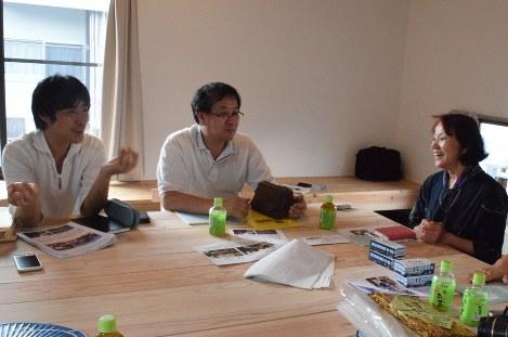 仙台の仮設団地と復興住宅でのコミュニティー作りの経験を新井さん(左)と飯塚さん(中央)から聞く吉村さん