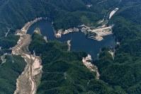 セシウムが指定廃棄物の基準を超える濃度でたまっている大柿ダム=福島県浪江町で2016年7月、本社ヘリから徳野仁子撮影