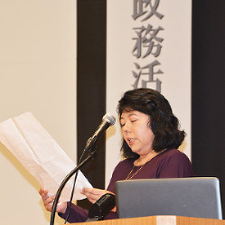 全国市民オブズマン香川大会で大会宣言を読み上げる参加者=高松市で、岩崎邦宏撮影