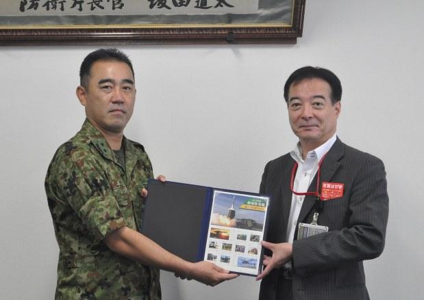 陸自飯塚駐屯地:50周年、記念フレーム切手発売 水害救助、PKO ...