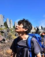 噴火から2年がたち、弟夫妻を亡くし慰霊のため御嶽山に登る猪岡孝一さん=長野県木曽町で2016年9月27日午前9時28分、宮間俊樹撮影