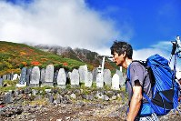 噴火から2年がたち、弟夫妻の慰霊のため御嶽山に登る猪岡孝一さん=長野県木曽町で2016年9月27日午前9時28分、宮間俊樹撮影