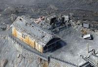 御嶽山噴火から2年。山頂付近にある御嶽神社は火山灰に覆われていた=2016年9月27日午前11時31分本社ヘリから、長谷川直亮撮影