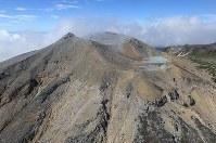 噴火から2年を迎えた御嶽山の火口付近=2016年9月27日午前11時10分、本社ヘリから長谷川直亮撮影