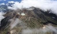 噴火から2年を迎えた御嶽山=2016年9月27日午前11時2分、本社ヘリから長谷川直亮撮影