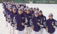 雪の積もったグラウンドでランニングする選手たち。左手前は大谷翔平投手=岩手県花巻市の花巻東高校で2012年1月29日、丸山博撮影