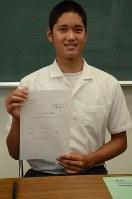 プロ志望届にサインした大谷翔平選手。既に複数の米大リーグ球団から誘いを受けており、日本球界かメジャーかは「まだ五分五分」という=花巻市の花巻東高校で2012年9月18日午後4時8分、浅野孝仁撮影