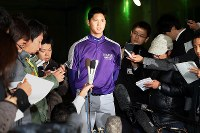 大リーグ挑戦を表明したが、日本ハムに1位指名され、記者に囲まれて思いを語る花巻東の大谷翔平投手(中央)「指名され、評価されたのはうれしいが、アメリカでやりたい気持ちは変わらない」と米大リーグ挑戦の意思に変化がないことを強調した=岩手県花巻市で2012年10月25日午後5時36分、小川昌宏撮影