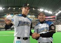 プロ初勝利を挙げ、勝利球を手に栗山英樹監督(右)と握手する大谷翔平=札幌ドームで2013年6月1日、梅田麻衣子撮影