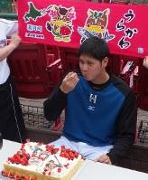 二刀流をイメージした特製の誕生日ケーキを味わう日本ハムの大谷翔平=仙台市内で2015年7月5日午前11時15分、中村有花撮影