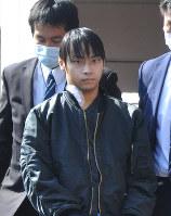 捜査員に付き添われて病院を出る寺内樺風容疑者=静岡県伊豆の国市で2016年3月31日午前9時3分、垂水友里香撮影