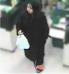 福岡市中央区のスーパーの防犯カメラに残された映像=福岡県警提供