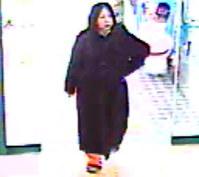 福岡市中央区のスーパーの防犯カメラに残されていた女の映像=福岡県警提供