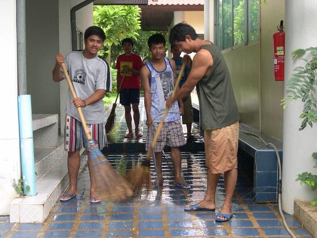 元気なHIV陽性者は、パバナプ寺内の掃除もおこなう。病状は安定しており元気だが、当時のタイの社会ではまだ社会復帰が難しかった=04年8月、筆者撮影