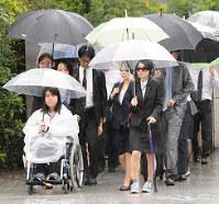 子宮頸がんワクチンの健康被害を訴えるため福岡地裁に入る原告ら=福岡市中央区で、吉住遊撮影