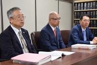 極東会トップの賠償責任を認めた判決後、記者会見する原告弁護団=東京・霞が関の司法記者クラブで2016年9月29日午前11時35分、伊藤直孝撮影