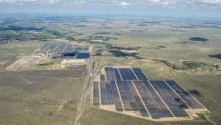 太陽光発電所として営業運転を始めるコマンチェ発電所=コロラド州プエブロ郡で(再生可能エネルギー発電所建設会社RES提供)
