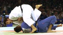 シドニー五輪・柔道男子100キロ級決勝で、1本勝ちで優勝を決めた井上康生さん=2000年9月21日、川田雅浩撮影