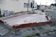 解体されたやまと食堂の跡地。基礎部分だけが残っている=宮城県気仙沼市で2016年10月1日、三浦研吾撮影