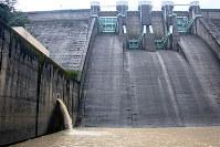 側壁に開いた維持放流水の放出口。かつてほぼ真横に噴出していた水流エネルギーを発電に利用している=和歌山県有田川町二川の二川ダムで、稲生陽撮影