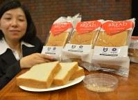 大文字山で採取した酵母(手前右)で作った「ソフト食パン」