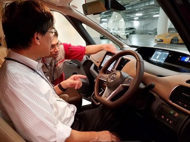 「自動運転」の操作方法について説明を受ける今沢編集長
