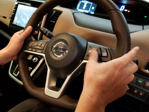自動運転を開始する「セット」ボタンを押す今沢編集長