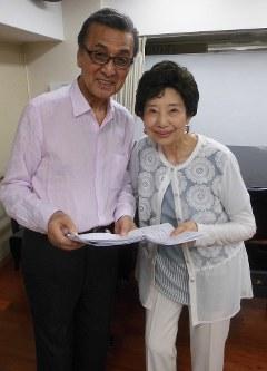 宝田明さん(左)と山崎陽子さん=都内で
