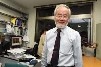 ノーベル医学生理学賞に決まり、研究室で笑顔を見せる東工大の大隅良典栄誉教授=横浜市緑区の東工大すずかけ台キャンパスで2016年10月3日午後6時49分、竹内紀臣撮影