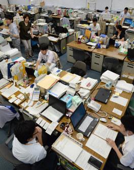 大阪市こども相談センターで働く職員ら=大阪市中央区で、望月亮一撮影