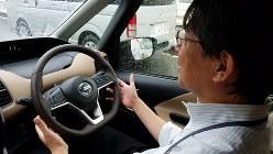 日産自動車の新型「セレナ」に試乗した今沢真・経済プレミア編集長=2016年9月20日、村田由紀子撮影