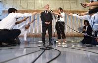 ノーベル医学生理学賞受賞決定から一夜明け、記者の質問に答える大隅良典・東京工業大栄誉教授(中央)=東京工業大大岡山キャンパスで2016年10月4日午前6時41分、宮間俊樹撮影
