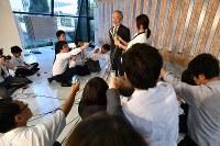 ノーベル医学生理学賞受賞決定から一夜明け、記者の質問に答える大隅良典・東京工業大栄誉教授(中央奥)=東京工業大大岡山キャンパスで2016年10月4日午前6時42分、宮間俊樹撮影
