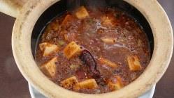 「絶品麻婆豆腐」(980円税別、以下同)。夜は各テーブルで必ず注文が入る看板商品で、昼も麻婆豆腐を組み込んだ定食を各種揃えて人気だ
