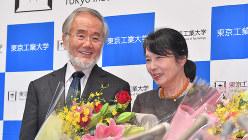 ノーベル医学生理学賞受賞が決まった大隅良典・東京工業大栄誉教授と妻の万里子さん(右)=横浜市緑区の東京工業大すずかけ台キャンパスで2016年10月4日