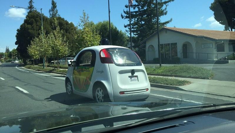 米カリフォルニア州マウンテンビュー市内を走る公道試験中のグーグルの自動運転車=遠藤吉紀撮影