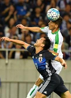 【日本―イラク】前半、相手選手と競り合う岡崎(下)=埼玉スタジアムで2016年10月6日、宮間俊樹撮影