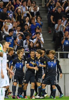【日本―イラク】前半、先制ゴールを決めて喜ぶ原口(左から2人目、背番号8)。奥は歓喜にわくサポーターたち=埼玉スタジアムで2016年10月6日、宮間俊樹撮影