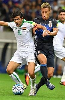 【日本―イラク】前半、相手選手のボールを奪いにいく本田(右)=埼玉スタジアムで2016年10月6日、宮間俊樹撮影