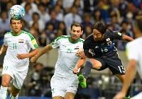 【日本―イラク】前半、ゴール前にパスを出す清武(右端)=埼玉スタジアムで2016年10月6日、宮間俊樹撮影