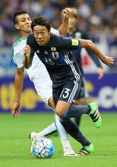 【日本―イラク】前半、ドリブルで攻め上がる清武=埼玉スタジアムで2016年10月6日、長谷川直亮撮影