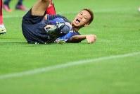 【日本―イラク】後半、相手選手と競り合い、ピッチに倒される本田=埼玉スタジアムで2016年10月6日、長谷川直亮撮影