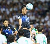 【日本―イラク】後半、右CKに合わせ、ヘディングシュートを放つ吉田(中央)=埼玉スタジアムで2016年10月6日、長谷川直亮撮影