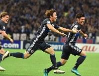 【日本―イラク】後半、ゴールを決めてベンチに向かって笑顔で駆け出す山口(右端)=埼玉スタジアムで2016年10月6日、宮間俊樹撮影