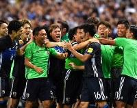 【日本―イラク】後半、ゴールを決めた山口(背番号16)を祝福する日本代表の選手たち=埼玉スタジアムで2016年10月6日、宮間俊樹撮影