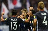 【日本―イラク】前半、先制ゴールを決めてチームメートに祝福される原口(中央)=埼玉スタジアムで2016年10月6日、長谷川直亮撮影
