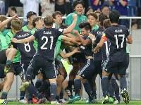【日本―イラク】後半、ゴールを決めて喜ぶ山口(中央)=埼玉スタジアムで2016年10月6日、宮武祐希撮影